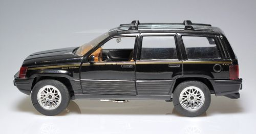 "Jeep Grand Cherokee ""Limited"" 4x4 color negro (semi nuevo) Escala 1:18"