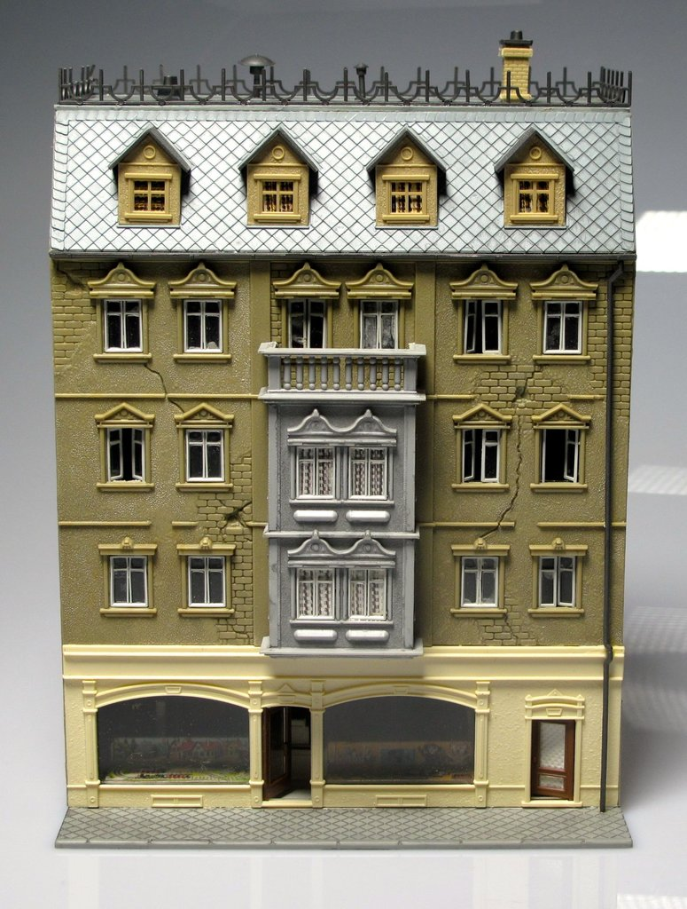 FALLER 924 Town house with shop and shop windows (ALREADY MOUNTED-install it)